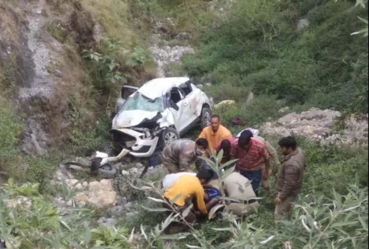 उत्तराखंड:अनियंत्रित कार खाई में गिरी , 3 घायल व 2 की मौत