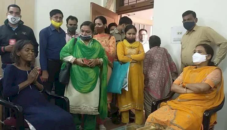 राज्यमंत्री रेखा आर्य ने हंसी प्रहरी से मुलाकात कर दिया नौकरी और स्थाई निवास का प्रस्ताव