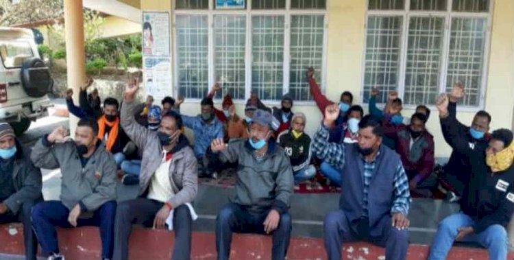 उत्तराखंड: लापता जवान का पता लगाने को परिजनों ने दिया कलक्ट्रेट परिसर में धरना