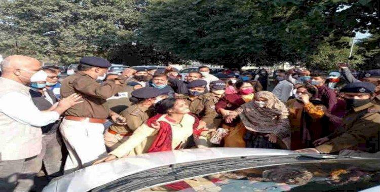 ऋषिकेष:उत्तर रेलवे के महाप्रबंधक का किया घेराव, काफिला रोकर किया प्रदर्शन