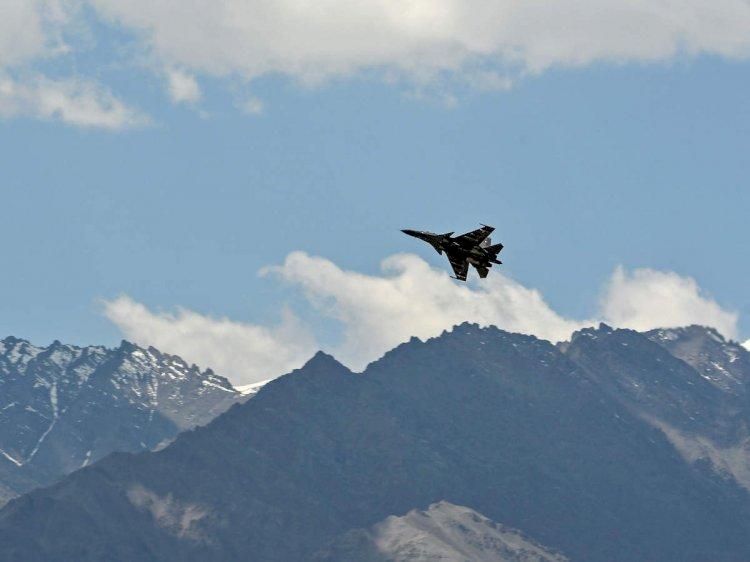 चीन सीमा पर वायु सेना के फाइटर जेट ने भरी उड़ान