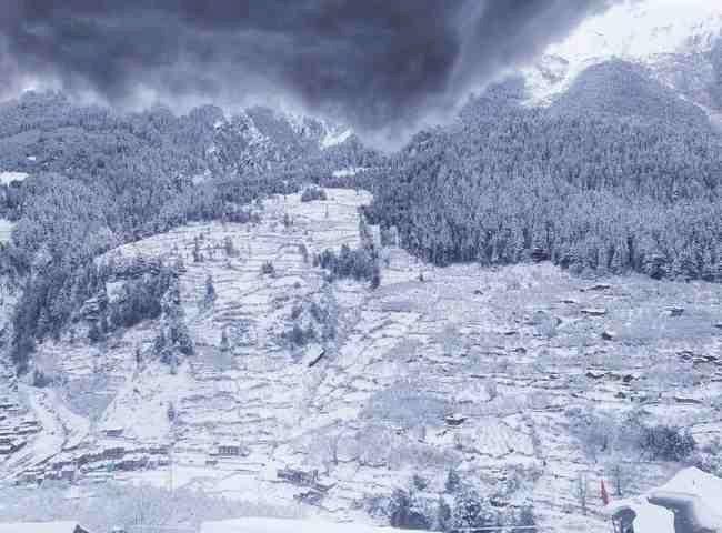 उत्तराखंड : चारों धाम और कुमायूं के पिथौरागढ़ की ऊंची चोटियों में बर्फबारी, मौसम में आई ठंडक