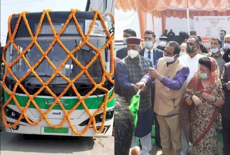 राजधानी देहरादून  में आज शुरु हुई स्मार्ट बस सर्विस, सीएम त्रिवेन्द्र ने दिखाई हरी झंडी