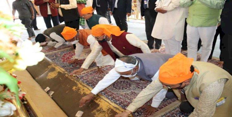 नानकमत्ता सहिब में मत्था टेककर सीएम ने की प्रदेश की खुशहाली की कामना