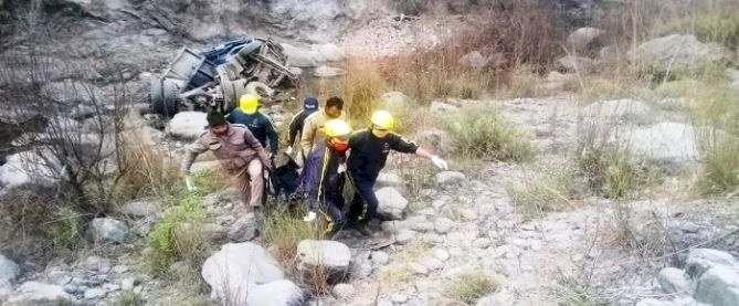 अल्मोड़ा: नदी में जा गिरा डंपर, हादसे में चालक ने गंवाई जान