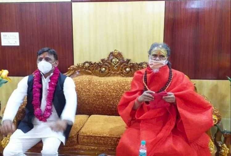 अखाड़ा परिषद के अध्यक्ष महंत नरेंद्र गिरि कोरोना संक्रमित, आज ही मिले थे अखिलेश यादव से