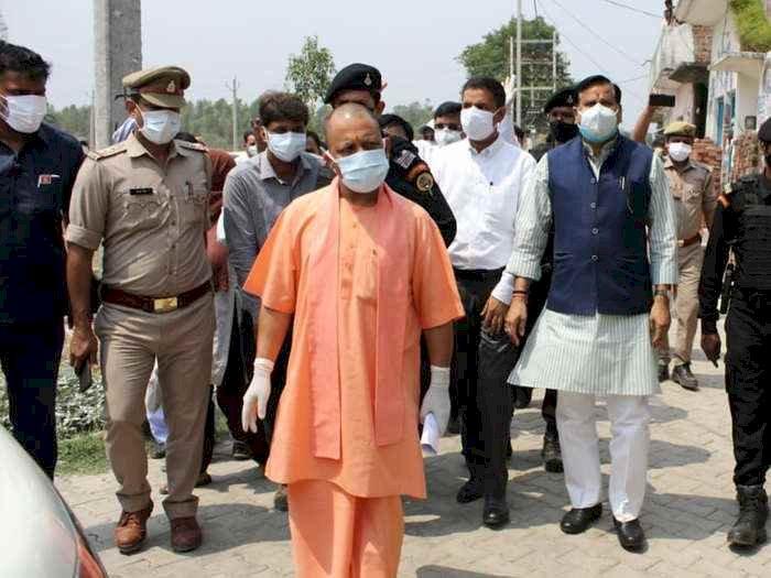 CM योगी ने जमीन पर उतरकर देखे हालात, सफल रणनीति का किया दावा, कोरोना केस घटने लगे