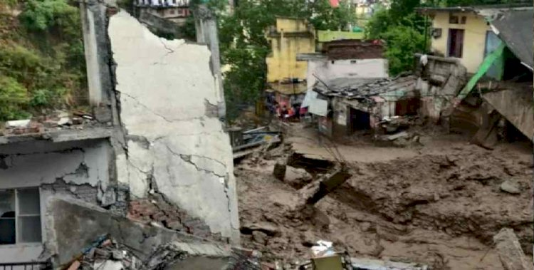 ब्रेकिंग: देवप्रयाग में बादल फटने से तबाही,कई दुकानें ध्वस्त , देखें वीडियो