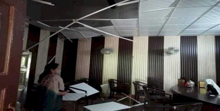 भरभराकर गिर पड़ी मेयर ऑफिस की छत,  चोटिल होने से बचे मेयर और कर्मचारी