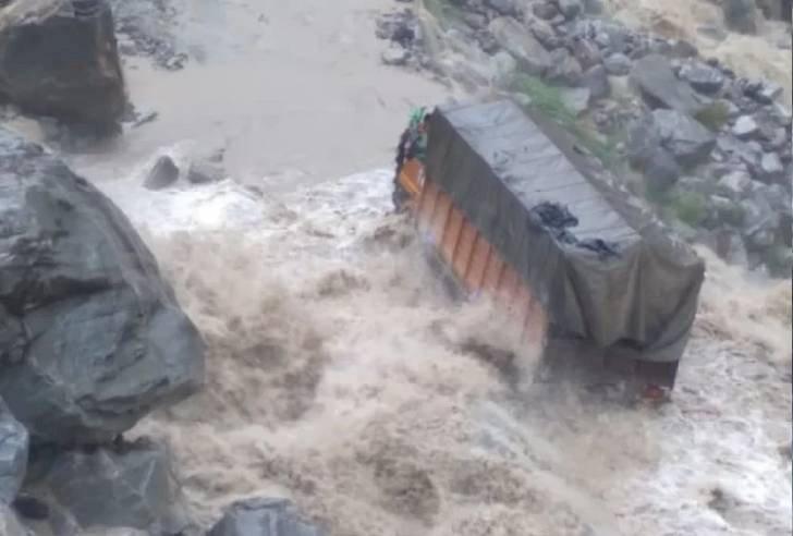 चमोली: भारी बारिश से उफनाए नाले में फंसा ट्रक, कोड़ियाला के पास हाइवे बंद