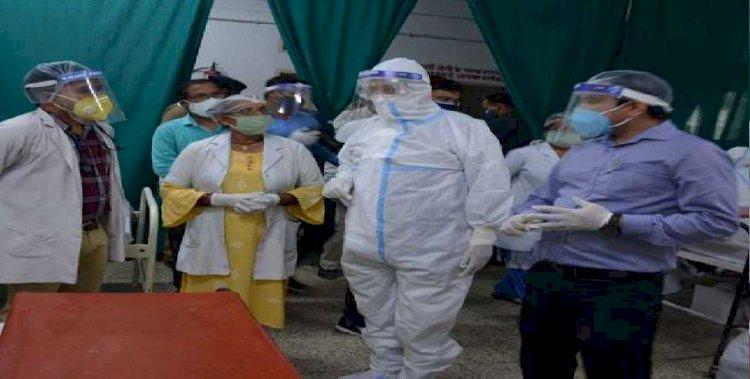 पीपीई किट पहनकर कोरोना संक्रमितों से मिले सीएम तीरथ