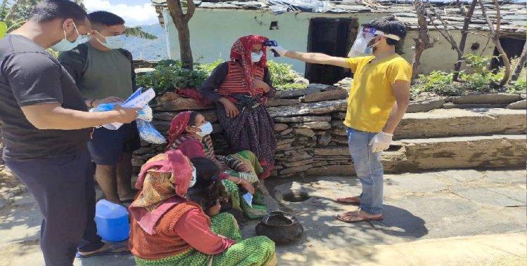 रुद्रप्रयाग :गांव में युवाओं ने बांटे सेनेटाइजर, मास्क और कोरोना जागरूकता के पर्चे