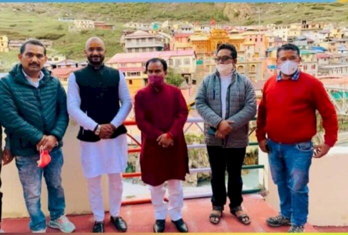 उत्तराखंड: मंत्री धन सिंह रावत के साथ भाजपा नेता पहुंचे बदरीनाथ धाम, शुरू हुआ विवाद