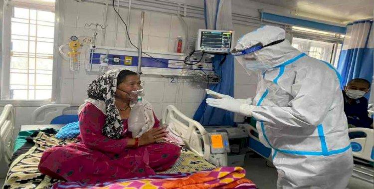 उत्तरकाशी:पीपीई किट पहनकर कोरोना संक्रमितों से मिले सीएम तीरथ