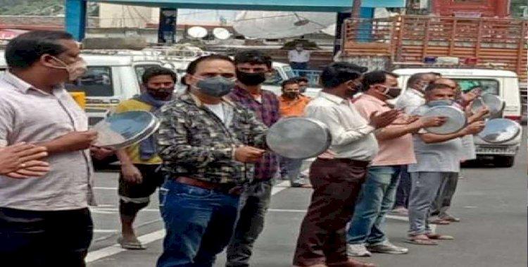 गढ़वाल: व्यापारियों ने ताली- थाली बजाकर किया प्रदर्शन, सरकार की ये मांग
