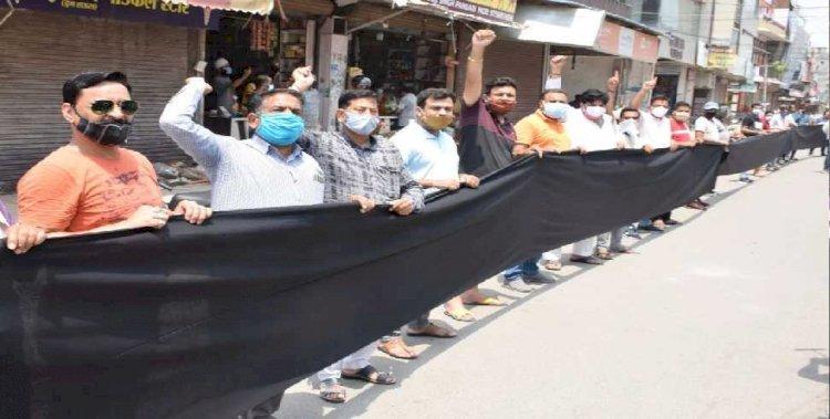 उत्तराखंड:  व्यापारियों ने किया 100 फीट के काले झंडे के साथ प्रदर्शन,बाजार खोलने की मांग की
