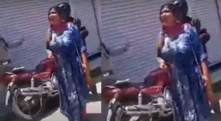 गजब! पुलिस ने मास्क पहनने को कहा तो महिला पर आ गया देवता! वीडियो वायरल