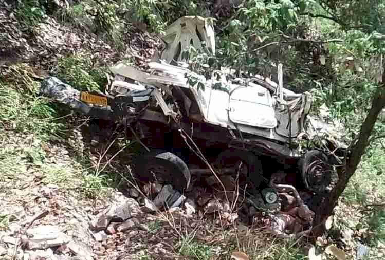 उत्तराखंड: मैक्स गहरी खाई में गिरी, हादसे में ड्राइवर समेत तीन की मौत