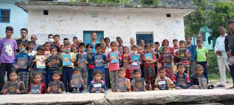 गढ़वाल टैक ग्रुप मुक्तिबोध ने शुरू किया प्राथमिक स्कूलों में स्टडी किट देने का अभियान