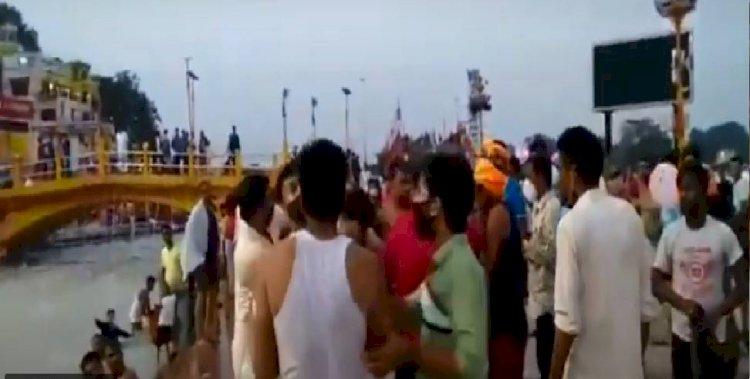 हरिद्वार: हर की पैड़ी पर चल रही थी हुक्का पार्टी, स्थानीय युवकों ने कर दी धुनाई