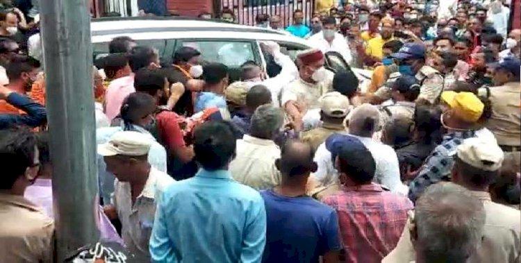 बीजेपी नेता पर फूटा देवस्थानम बोर्ड से नाराज तीर्थ पुरोहितों का गुस्सा, हाथापाई का वीडियो वायरल