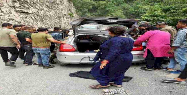 टिहरी: कार पर गिरा बोल्डर, एक घायल