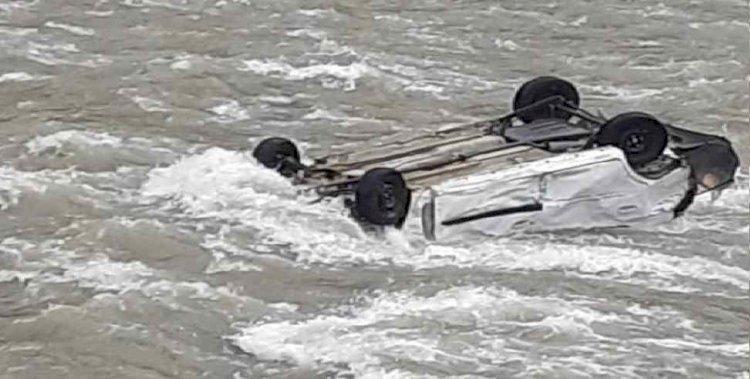 बैक करते समय नदी में गिरी अल्टो कार, चालक लापता