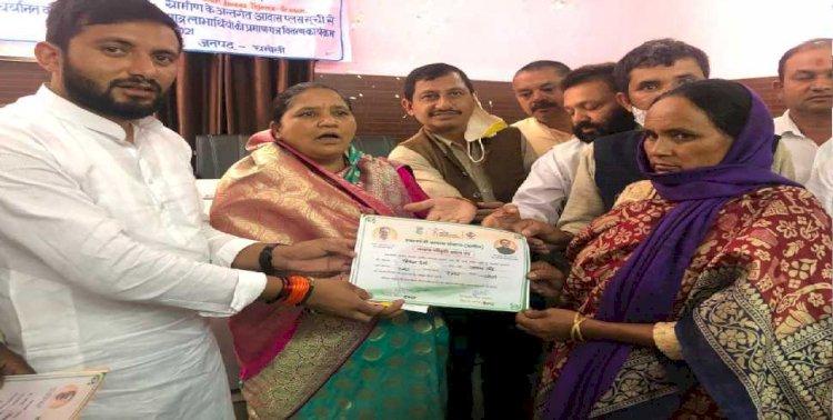 थराली: प्रधानमंत्री आवास योजना के लाभार्थियों को प्रमाण पत्रों का वितरण
