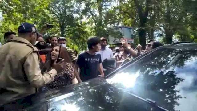 नैनीताल में पर्यटकों की गुंडागर्दी, पुलिसकर्मी को दी वर्दी उतरवाने की धमकी