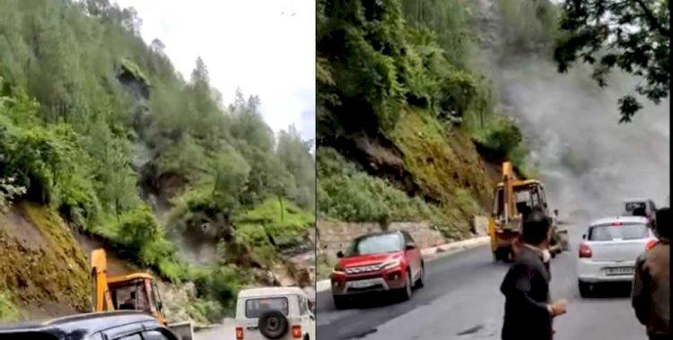 बदरीनाथ हाईवे पर खिसका पहाड़, रोंगटे खड़े कर देने वाला वीडियो वायरल