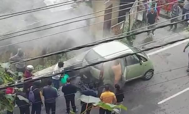 नैनीताल : नैनो कार में लगी आग, कोई हताहत नहीं