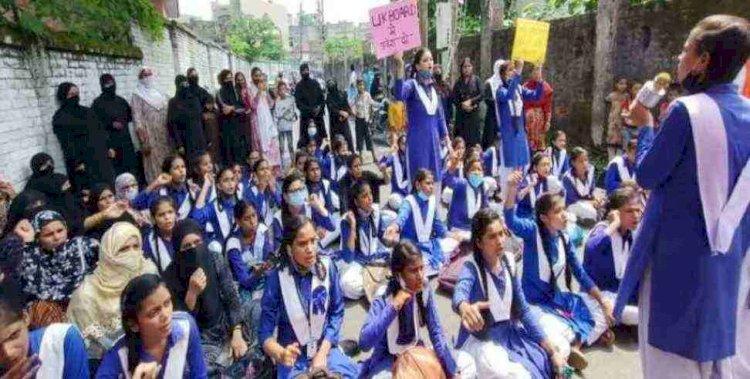 उत्तराखंड: स्कूल ने हिंदी मीडियम में नहीं दिया  एडमिशन तो धरने पर बैठीं छात्राएं