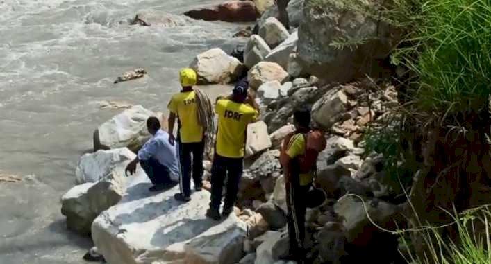 थराली: युवक ने लगाई उफनती पिण्डर नदी में छलांग, पुलिस जुटी खोजबीन में
