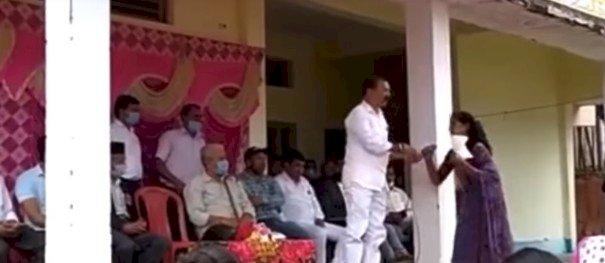 अल्मोड़ा: युवती बताने लगी समस्या तो विधायक ने छीना माईक..! वीडियो वायरल