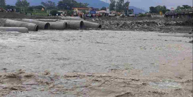 जाखन नदी पर बना अस्थाई पुल भी बह गया, फिर से नेपाली फार्म होकर जाना होगा ऋषिकेश-देहरादून