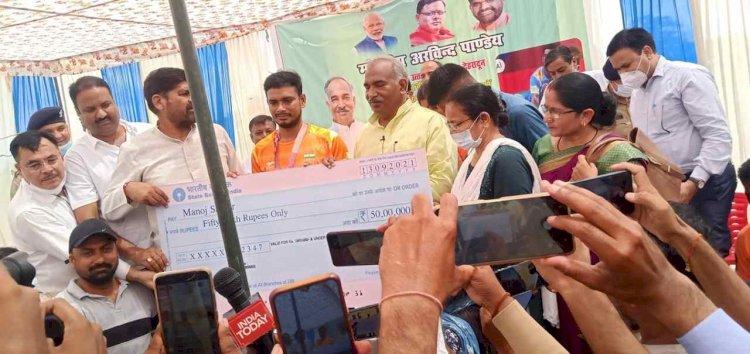 शिक्षा मंत्री अरविंद पांडे ने सौंपा पैरालंपिक कांस्य पदक विजेता मनोज सरकार को 50 लाख का चेक